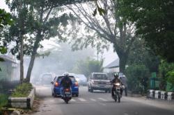 ASAP TIPIS: Kabut asap tipis menggantung di udara Kota Sampit, Kamis (28/5/2015) pagi. Meskipun demikian asap itu tidak mengganggu aktivitas warga.