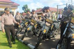 CEK KESIAPAN: Kapolres Seruyan AKBP Budi Satrijo usai memimpin gelar pasukan Operasi Patuh Telabang memeriksa kesiapan personel beserta kendaraan yang akan digunakan selama kegiatan.