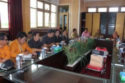 STUDI BANDING : Sekretaris Daerah Kabupaten Gunung Mas Kamiar memimpin pertemuan dengan kalangan anggota DPRD Kota Palangka Raya di ruang rapat lantai II kantor Bupati Gumas, Selasa (26/5/2015).