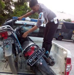 BUKTI MOTOR: Inilah barang bukti motor yang menewaskan penumpangnya itu.