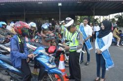 RAZIA : Aparat Polres Banjar menggelar razia kendaraan bermotor. Hasilnya puluhan pengendara ditilang karena tidak memiliki SIM.