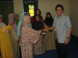 Anggota DPR RI asal Kalimantan Tengah, H. Hamdhani dalam sebuah kegiatan di Kalteng. Hamdhani mengutuk pembakaran sejumlah SDN di Palangka Raya. Ia minta polisi segera menangkap pelakunya.