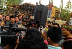 Achmad Diran: Wakil Gubernur Kalteng (berpeci hitam) datang menemui pengunjukrasa.