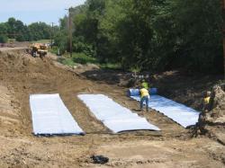 PENIMBUNAN JALAN : Pekerja memasang geotextil sebelum melakukan penimbunan tanah latrit. Sementara itu, anggota DPRD Barsel mempertanyakan proyek penimbunan Jalan Pendang-Provinsi.