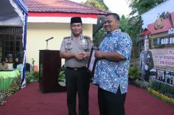 BANTUAN: Kapolres Mura AKBP Roy Sihombing memberikan piagam penghargaan kepada Kecamatan Murung serta Desa Muara itu karena memberikan bantuan dalam membangun kantor sekaligus rumah Babinkantibmas di halaman Polsek Murung, Kamis (2/7) lalu.