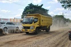 JALAN RUSAK: Salah satu titik rawan kecelakaan lalu lintas di Kotim, yakni di Jalan Sudirman yang menghubungkan Sampit-Pangkalan Bun.