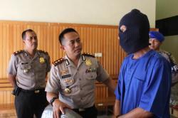 Kapolres Kotim AKBP Hendra Wirawan (tengah) bersama tersangka Gusti Zulkifli (bertopeng).