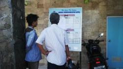 HABIS: Calon penumpang sedang melihat informasi keberangkatan kapal di kantor PT Dharma Lautan Utama (DLU), Kumai, kemarin. Tiket mudik untuk H-15 sampai H-2 lebaran ke Semarang telah ludes terjual.