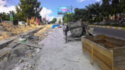 PROYEK TROTOAR : Tumpukan pasir dibiarkan begitu saja dan memakan bahu Jalan Iskandar Pangkalan Bun, Kamis (2/7/2015).Tumpukan material yang dibiarkan begitu saja bisa membahayakan pengguna jalan.