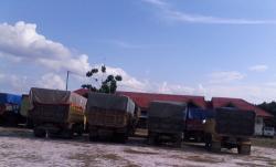 JALAN NEGARA: melewati jalan negara belasan dump-truck iniditahan Polres Bartim.