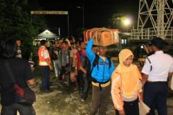 MUDIK LEBARAN: Sejumlah calon penumpang KM Kirana I saat akan menaiki kapal di Pelabuhan Sampit, beberapa waktu lalu. Pemkab Kotim kembali mengimbau perusahaan membayarkan THR kepada karyawan lebih awal, agar mereka mudah mempersiapkan untuk mudik lebaran.