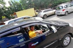 PELATIHAN MENGEMUDI : Pelatih pelatihan mengemudi sedang berbicara dengan pengemudi lain. Para napi yang memenuhi syarat bisa mengikuti pelatihan mengemudi.