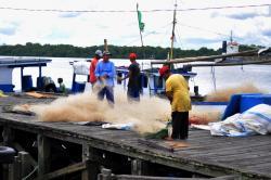 TETAP MELAUT : Nelayan Kumai sedang memperbaiki jaring, belum lama ini. Meski puasa, nelayan tetap melaut sehingga pasokan ikan selama Ramadan aman.