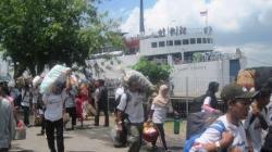 ARUS MUDIK : Penumpang turun dari KM Dharma Kencana II di Pelabuhan Panglima Utar, Kumai, beberapa waktu lalu. Pemerintah dimintamembuka peluang masuknya operator transportasi angkutan penumpang, baik laut maupun udara.