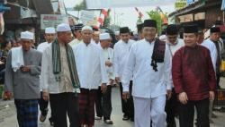 DISAMBUT : Wakil Gubernur Kalteng Achmad Diran dan rombongan safari Ramadan disambut dengan penuh keakraban oleh Bupati Kapuas Ben Brahim S Bahat dan Wakilnya Muhajirin didampingi para ulama dan masyarakat.