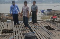 PETANI KERAMBA : Camat Katingan Hilir Pimanto (baju batik) saat memantau keramba ikan milik warga di Sungai Katingan beberapa waktu lalu. Petani keramba mengeluhkan anjloknya harga ikan akhir-akhir ini.