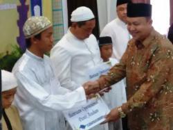 SERAHKAN BANTUAN : GM Pelindo III Banjarmasin menyerahkan bantuan kepada anak panti asuhan.