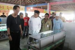 MENINJAU : Ketua Komunitas Gemstone Tanah Bumbu, Erno Rudi Handoko mendampingi Sekda Said meninjau lokasi pasar batu akik, Kamis (2/7)