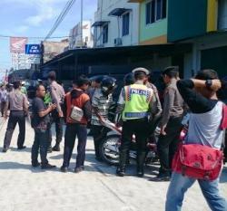 PERIKSA PENGENDARA: Aparat kepolisian memeriksa seorang pengendara yang melintas di Jalan Ahmad Yani, Palangka Raya, Jumat (3/7/2015). Operasi itu digelar untuk mengantisipasi tindak kejahatan dan aksi premanisme.