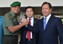 SALAM KOMANDO: Ketua Dewan Perwakilan Rakyat Setya Novanto (tengah) melakukan salam komando dengan KSAD Jenderal Gatot Nurmantyo dan Letnan Jenderal TNI (Purn) Sutiyoso, setelah rapat paripurna mengesahkan dan menyetujui keduanya masing-masing sebagai Panglima TNI dan Kepala BIN, di Komplek Parlemen, Senayan, Jakarta, Jumat (3/7/2015).