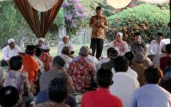 BUKA PUASA : Haji Abdul Rasyid mengajak buka puasa bersama-sama dengan tokoh masyarakat di Villa Sulung, Desa Sulung, Arut Selatan.