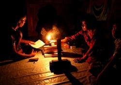 Warga Sukamara saat malam hari menggunakan teplok atau lilin untuk menerangi rumah mereka. Warga Gawi Barinjam dalam menjalankan saat bulan Ramadan sedikit terganggu karena PLN menerapkan pemadaman listrik bergilir. DOK BORNEONEWS