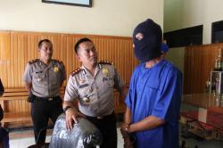 Kapolres Kotim AKBP Hendra Wirawan (tengah) didampingi Waka Polres Kompol Susilo Setiawan menginterogasi tersangka kasus narkoba. Polres Kotim menangani kasus penggelapan 28 sepeda motor dengan tersangka Kasmo. BORNEONEWS/DOK