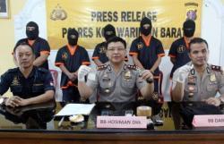 TERSANGKA NARKOBA : Kapolres Kobar Ajun Komisaris Besar Polisi Heska Wahyu Widodo menunjukkan barang bukti sabu saat menangkap lima tersangka narkoba yang di bekuk selama Ramadan, Selasa (28/07/2015).