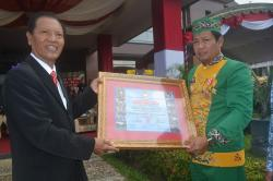 PENGHARGAAN LKNI : Ketua Umum LKNI Totok Sudarwoto (kiri) memberikan penghargaan kepada Bupati Katingan Ahmad Yantenglie (kanan) pada peringatan HUT Kabupaten Katingan ke-13 di halaman Pemkab Katingan, Selasa (28/7/2015).
