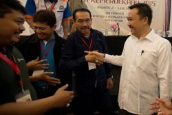 WORKSHOP : Menpora Imam Nahrawi (ketiga kanan) berjabat tangan dengan sejumlah perwakilan klub sepakbola ketika menghadiri acara Workshop Piala Kemerdekaan 2015 di Jakarta, Jumat (3/7). Sementara itu, CEO PT Mahaka Sport selaku promotor Piala Indonesia Satu menyebut tinggal enam peserta lagi untuk menggenapi 18 peserta kompetisi.