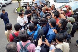 KESEPAKATAN GOLKAR: Dua petinggi pengurus Partai Golkar kubu Aburizal Bakrie, Nurdin Halid (kiri) dan Idrus Marham, menunjukkan surat pernyataan Tim Pilkada Bersama DPP Partai Golkar di Gedung Komisi Pemilihan Umum (KPU), Jakarta, Selasa (28/7). Partai Golkar menyerahkan surat kesepakatan berisi 219 nama calon kepala daerah di kabupaten/kota maupun provinsi ke KPU yang telah disepakati kedua kubu.