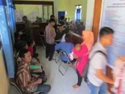 ANTRE : Sempitnya ruang pelayanan administrasi kependudukan Disdukcapil Seruyan dikeluhkan warga. Selain berdesakan banyak warga yang harus menunggu antrean di luar ruang pelayanan.