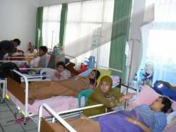 WASPADA: Sejumlah pasien diare dan ISPA dirawat di RSUD Sukamara, kemarin. Untuk menekan penyakit ini, Dinas Kesehatan (Dinkes) Kabupaten Sukamara sudah menginstruksikan ke seluruh puskesmas untuk terus menyosialisasikan kepada warga untuk hidup bersih.