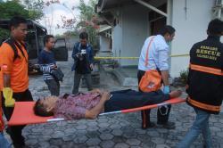 DIEVAKUASI: Aparat Polres Palangka Raya bersama anggota Brigade Rescue mengevakuasi jenazah Lidesko menuju mobil ambulans untuk selanjutnya dibawa ke kamar mayat RSUD dr Doris Sylvanus, Selasa (28/7/2015).