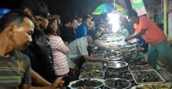PADATI LAPAK: Warga memadati lapak pedagang batu akik di sekitar Gedung Tambun Bungai yang menjadi lokasi Palangka Raya Fair, Selasa (28/7/2015) malam.