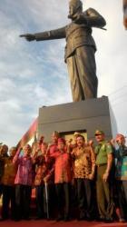 Patung Soekarno: Berat patung ini adalah 1,3 ton, tingginya 6 meter, dan tinggi pondasi 3 meter, sehingga total ketinggiannya sekitat 9 meter dari permukaan tanah