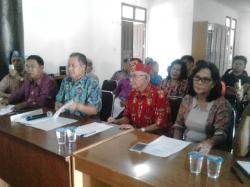 TOLAK PILIHAN PUSAT: Tokoh masyarakat Kalimantan Tengah, Sabran Ahmad (tengah, baju merah), menyatakan penolakan terhadap penjabat gubernur dari pusat dalam jumpa pers di Palangka Raya, Minggu (2/8/2015).