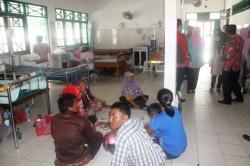 TIDUR DI LANTAI : Sebagian pasien rawat inap di RSUD dr Murjani Sampit rela tidur di lantai karena kekurangan tempat tidur. Walapun begitu, rumah sakit milik pemda tersebut terus berupaya menambah fasilitas, di antaranya alat cuci darah.
