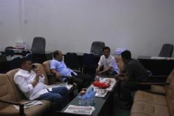 BERBINCANG-BINCANG : Sejumlah Anggota DPRD Barito Utara, yakni Mulyar Samsi, Purman Jaya, Taufik Nugraha dan Hasrat, berbincang membahas suatu masalah di salah satu ruang komisi, beberapa waktu lalu.