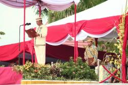 BACA SAMBUTAN: Bupati Lamandau, Marukan membacakan sambutan Gubernur Kalimantan Tengah (Kalteng), dalam upacara HUT Lamandau, di halaman Kantor Bupati Lamandau, di Nanga Bulik, Senin (3/8/2015) kemarin.