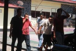 TERSANGKA SABU : Sugeng Hariyanto (dua kanan) dan Syaipul Anwar (dua kiri), tersangka pengedar dan pemakai sabu, saat digiring penyidik Satuan Reserse Narkoba Polres Palangka Raya untuk menjalani pemeriksaan, Senin (3/8/2015).