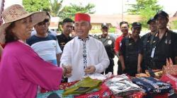 MENYALAMI : Sugianto Sabran menyalami Parida, salah satu pelaku UMKM yang menjual dagangannya di acara Kongres Nasional 1 Pemuda Dayak Indonesia, Selasa (4/8)