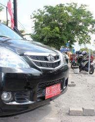 PARKIR : Salah satu mobdin anggota DPRD Palangka Saya terparkir di pusat perbelanjaan Jalan Yos Sudarso.