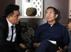 BEBAS: Pengacara Yusril Ihza Mahendra (kiri) bersama kliennya, mantan dirut PT PLN Dahlan Iskan. Hakim Pengadilan Negeri (PN) Jakarta Selatan, Senin (4/8/2015), menggugurkan status tersangka korupsi terhadap Dahlan yang dikenakan Kejaksaan Tinggi (Kejati) DKI Jakarta.