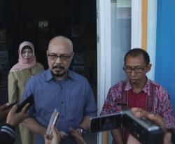 Andi F Noya, Duta Baca Indonesia, didampingi Safwan Abdullah, Kepala Kantor Perpustakaan dan Arsip Daerah (KPAD) Kabupaten Kotawaringin Barat, saat memberikan keterangan pada wartawan, di KPAD Kobar, Rabu (5/8/2015)