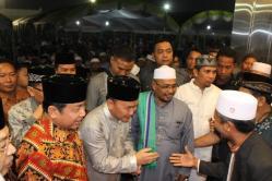 ANTUSIAS: Dari kiri, Haji Abdul Rasyid AS, Sugianto Sabran, dan Habib H Said Ismail, berada di tengah sambutan lautan massa yang datang dengan antusias pada acara silaturahim akbar di Rin's Ballroom Sampit, Jumat (21/8/2015) malam.