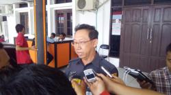 DIUSIR: Ketua Bawaslu Kalteng, Theopilus Y Anggen, memberi keterangan kepada wartawan setelah tak diizinkan mengawasi rapar pleno penetapan hasil verifikasi KPU Kalteng, Senin (24/8/2015).