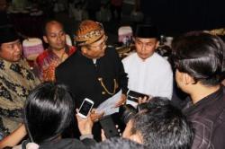 MUNDUR: Mantan wakil gubernur Kalteng, Achmad Diran, membacakan surat pengunduran diri dari PDIP, di hadapan wartawan, Senin (24/8/2015) malam. Tampak sahabatnya, pengusaha Haji Abdul Rasyid (kiri) dan calon gubernur Sugianto Sabran (kanan).