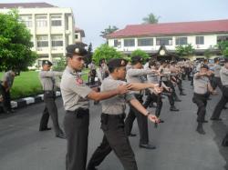 RAPATKAN BARISAN : Anggota Sabhara Kepolisian Daerah Kalimantan Selatan melakukan latihan, beberapa waktu lalu. Menjelang pemilu kada di lima kabupaten, dua kota, dan satu provinsi, jajaran Kepolisian Daerah di Kalimantan Selatan mulai merapatkan barisan.