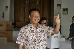 BERIKAN SUARA: Bupati Lamandau, Marukan usai memberikan suaranya dalam pemilu legislatif tahun lalu. Dalam pemilihan gubernur (pilgub) Kalimantan Tengah tahun ini, bupati dua periode ini menyatakan dukungannya pada pasangan Sugianto Sabran-Habib Said Ismail.